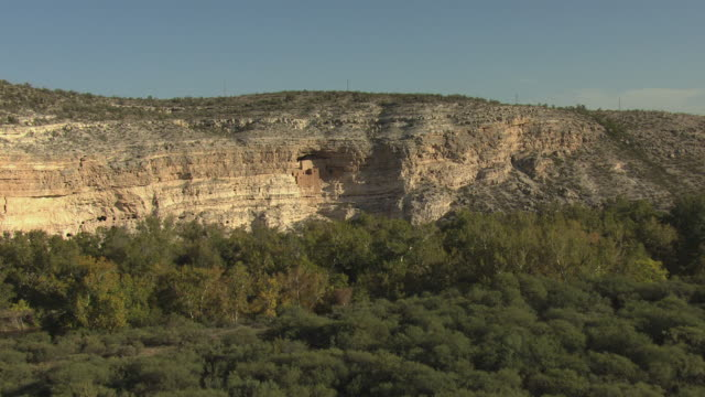 vídeos y material grabado en eventos de stock de ws aerial zi view of dwellings at montezuma castle national monument / arizona, united states - monumento nacional