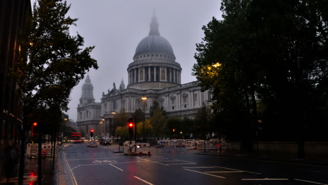 ws t/l view of early morning mist and traffic passes st paul's cathedral / london, greater london, united kingdom - greater london video stock e b–roll