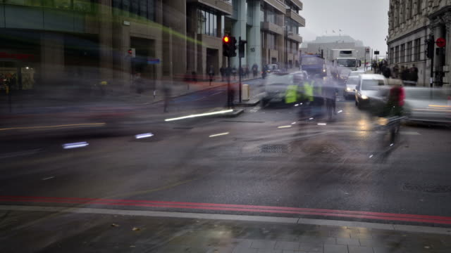 vídeos de stock, filmes e b-roll de ws t/l view of early morning rush hour traffic city of london with cars taxis buses and cyclist commuters stop start at traffic lights / london, greater london, united kingdom - stop placa em inglês