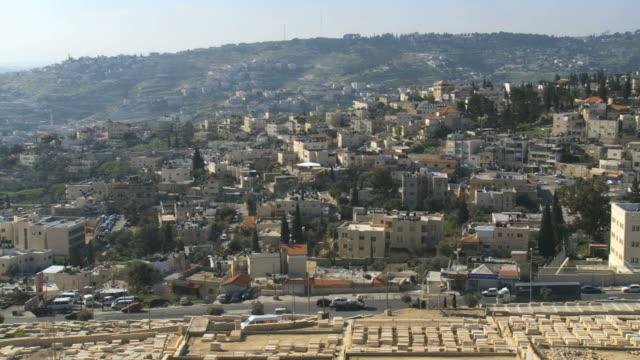 ws pan view of east jerusalem and arab villages ras alamud, siluan, abu tor / jerusalem, judea, israel - パレスチナ文化点の映像素材/bロール
