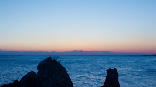 ws t/l view of east sea at sunrise / donghae, gangwondo, south korea - 太平洋点の映像素材/bロール