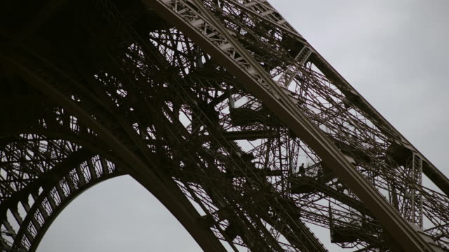 ms td la view of eiffel tower / paris, france - aufnahme von unten stock-videos und b-roll-filmmaterial