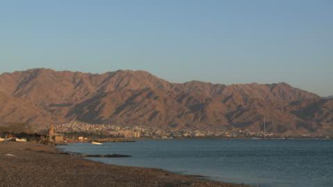 ws view of eilat north beach / eilat, arava, negev desert, israel  - アラバ砂漠点の映像素材/bロール