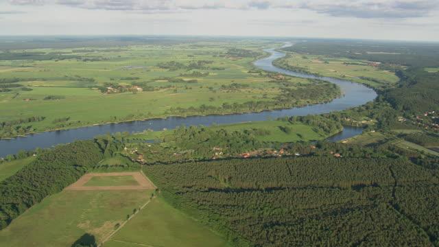 vídeos de stock, filmes e b-roll de ws aerial view of elbe river at stiepelse / germany - rio elbe