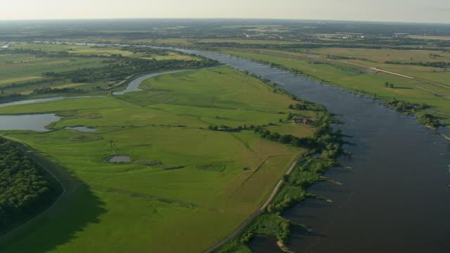 vídeos de stock, filmes e b-roll de ws aerial zi view of elbe river with farmland / germany - rio elbe