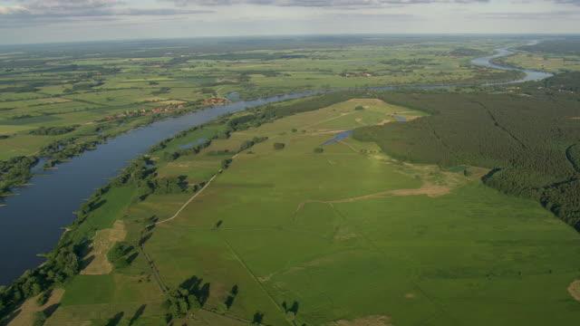 vídeos de stock, filmes e b-roll de ws aerial view of elbe river with landscape at stiepelse / germany - rio elbe