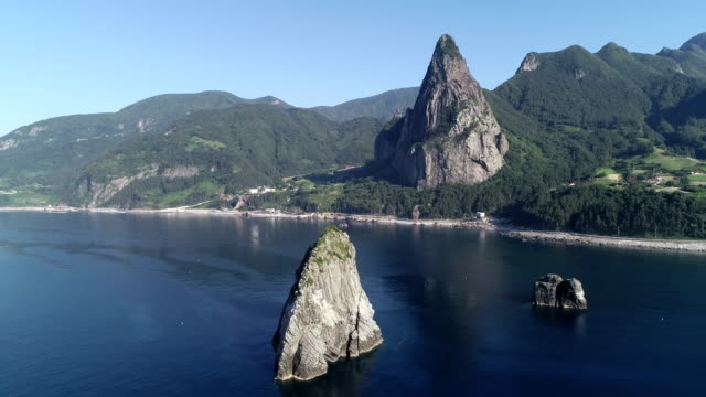 vidéos et rushes de view of elephant rock and songgotsan mountain in ulleunggdo island (the sole island-city in the korea's east sea) at summer - paysage marin