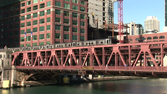 view of elevated train crossing the wells street bridge in chicago united states - chicago elevated stock-videos und b-roll-filmmaterial