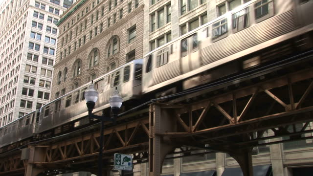 vidéos et rushes de view of elevated trains passing through flyover in chicago united states - train aérien