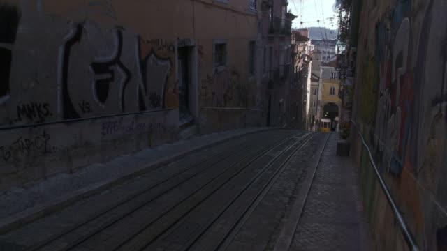 vídeos de stock e filmes b-roll de ms cu view of elevator of tramway da bica / lisbon, lisbon, portugal - 50 segundos ou mais