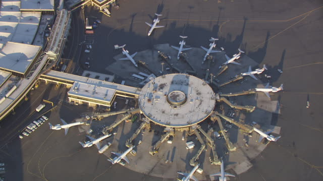 vidéos et rushes de ms aerial zo view of elisabeth marine terminal / newark, new jersey, united states - marine
