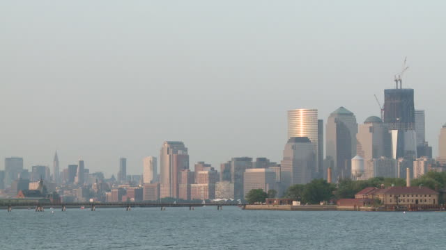 vidéos et rushes de ws view of ellis island and downtown manhattan / jersey city, new jersey, united states - port de new york