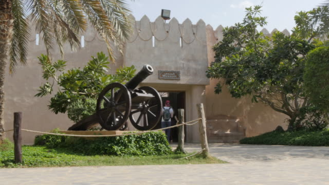 view of emirates heritage village, museum entrance, abu dhabi, united arab emirates, middle east, asia - zaino da montagna video stock e b–roll