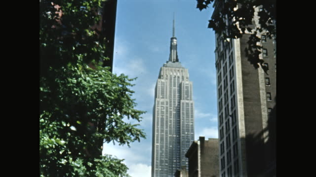 ms view of empire state building / midtown manhattan, new york city, new york state, united states - aufnahme von unten stock-videos und b-roll-filmmaterial