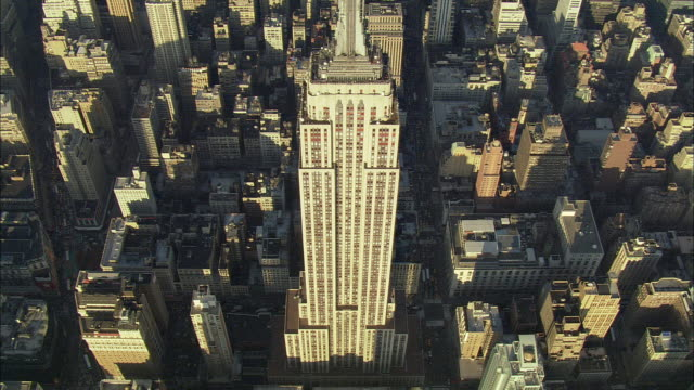 ws zi zo pov aerial view of empire state building / new york city, new york, usa - empire state building video stock e b–roll