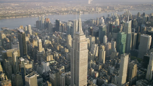 """ws ds aerial view of empire state building / new york city, united states"" - empire state building video stock e b–roll"
