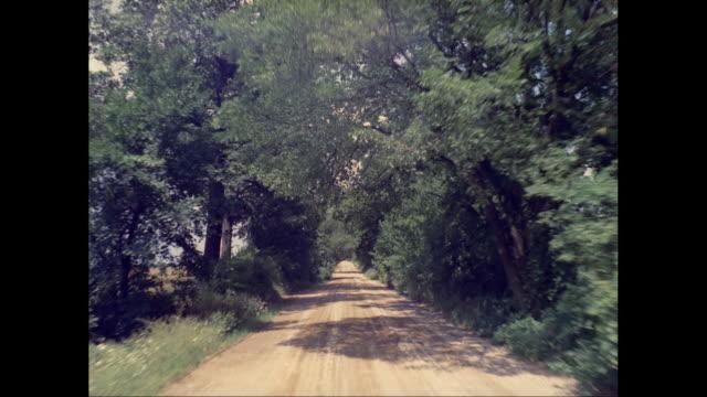 vidéos et rushes de ws pov view of empty dirt track / united states - chemin de terre