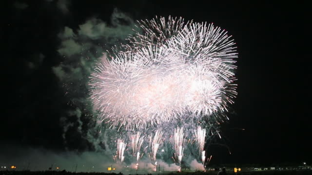 WS View of endless fireworks display in Omagari's sky / Daisen, Akita, Japan