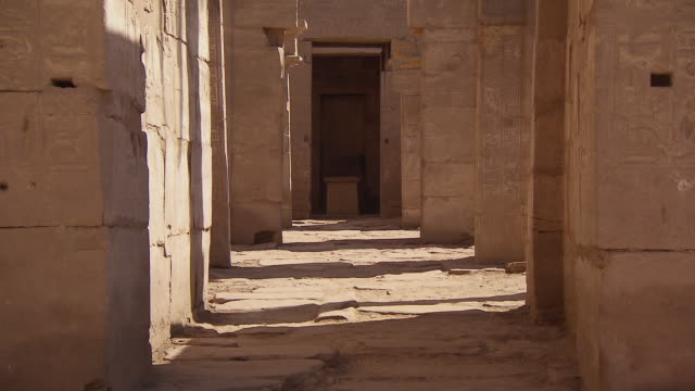ms zo view of entrance area of karnak temple / egypt - column stock videos & royalty-free footage