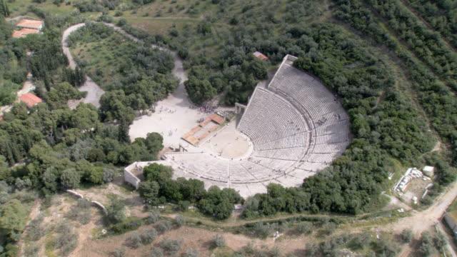 stockvideo's en b-roll-footage met ws aerial zi view of epidavros epidaurus thatre / epidaurus, peleponnesus, peloponnese, greece - amfitheater