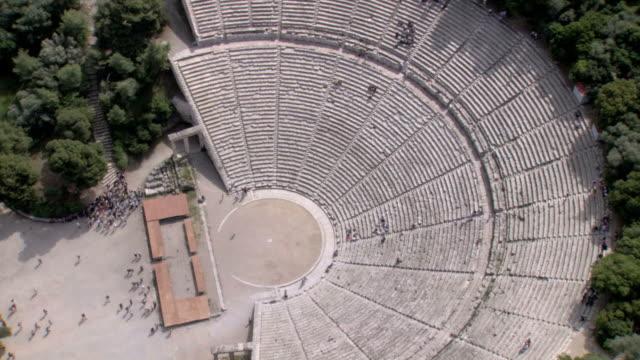 stockvideo's en b-roll-footage met ws aerial zi zo ds view of epidavros epidaurus thatre / epidaurus, peleponnesus, peloponnese, greece - amfitheater