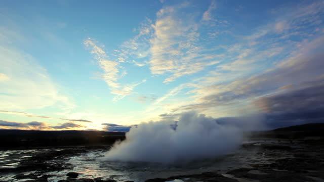 vídeos de stock, filmes e b-roll de ws view of erupting geyser strokkur / iceland - gêiser strokkur
