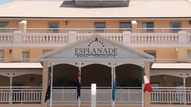 ws zo view of esplanade hotel fremantle / fremantle, western australia, australia - フリーマントル点の映像素材/bロール