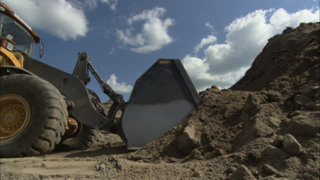 ms view of excavator digging pile of sand / visby, nã¤r, ljugarn, gotland, sweden - bagger stock-videos und b-roll-filmmaterial