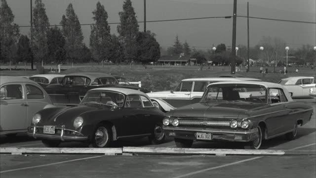 vidéos et rushes de ms view of exterior of a parking lot - groupe moyen d'objets