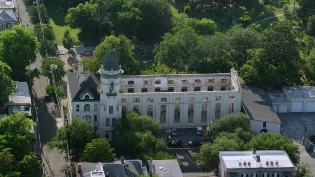 vídeos y material grabado en eventos de stock de ws aerial pov view of exterior of church / savannah, georgia, united states - sur de eeuu