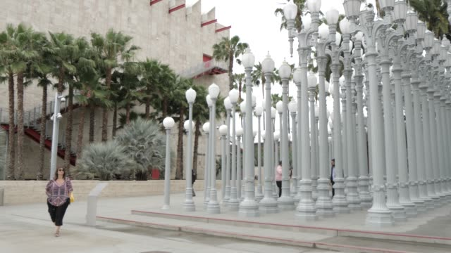 view of exterior of los angeles county museum of art, los angeles, california, united states of america, north america - ロサンゼルスカウンティ美術館点の映像素材/bロール