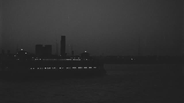 vídeos y material grabado en eventos de stock de ws pan  view of fairy boat passing towards in hudson river  - embarcación de pasajeros