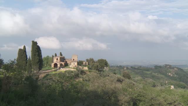 ws view of farmhouse on mountain / montepulciano, tuscany, italie - montepulciano stock videos & royalty-free footage