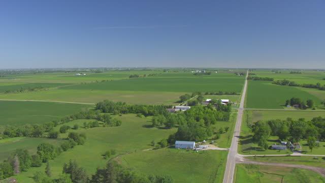 vídeos de stock e filmes b-roll de ws pan aerial pov view of farmland / polk county, iowa, united states - iowa