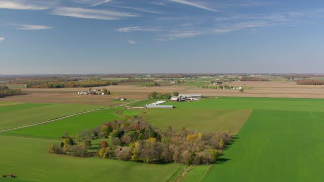 vídeos y material grabado en eventos de stock de ws aerial view of farms and fields under big sky in ashland county / ohio, united states - cirro