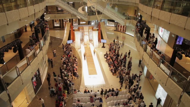 stockvideo's en b-roll-footage met ws ha t/l view of fashion show in interior of shopping mall / shanghai,  china - catwalk toneel