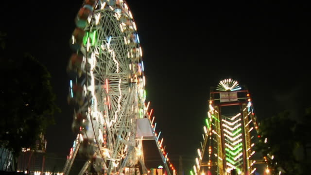 stockvideo's en b-roll-footage met ms view of fast motion ferris wheel in fair / pushkar, rajasthan, india - versneld afspelen tijdopname