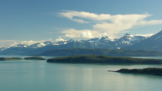 vídeos de stock e filmes b-roll de ws aerial view of favorite channel waterway / alaska, united states - canal mar