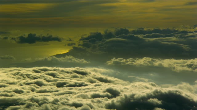 vidéos et rushes de ws t/l view of feathery clouds moving through edge of haleakula / maui, hawaii, usa  - plume