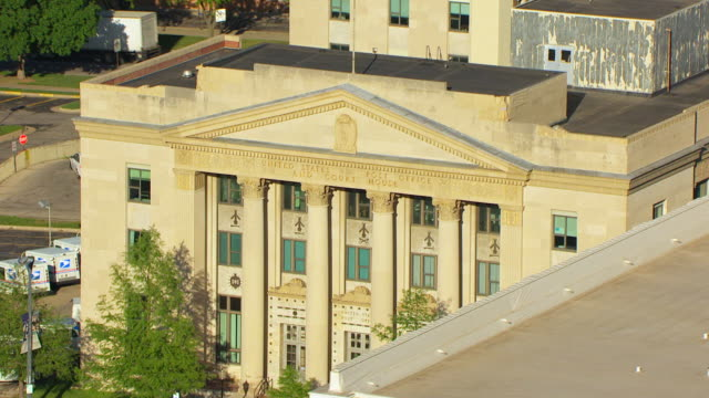 vidéos et rushes de ms aerial ds view of federal court building / topeka, kansas, united states - style néoclassique