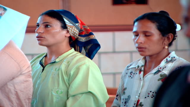 stockvideo's en b-roll-footage met mcu view of female coptic worshippers reciting prayers in a church - gelovige