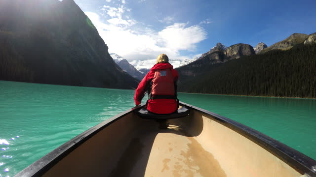 vidéos et rushes de view of female kayaking lake louise alberta canada - bateau à rames