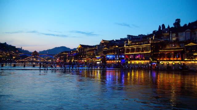 vídeos de stock, filmes e b-roll de vista da cidade antiga de fenghuang no por do sol, hunan, china. - estação turística
