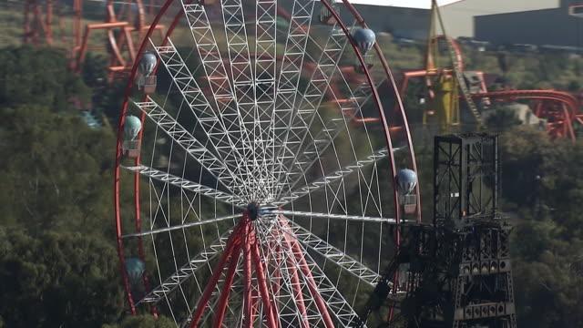 vidéos et rushes de ms aerial zo view of ferris wheel at gold reef city / johannesburg, gauteng, south africa - parc d'attractions