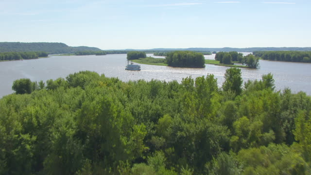 vidéos et rushes de ws aerial pov view of ferry boat moving in mississippi river / jo daviess county, illinois, united states  - illinois