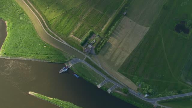 vídeos de stock, filmes e b-roll de ws aerial view of ferry crossing elbe river / germany - rio elbe