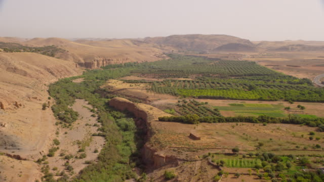 vidéos et rushes de view of fields and mountains in north morocco, africa - verger