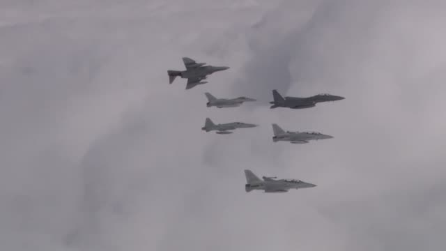 view of fighter planes flying over the cloud in south korea - formationsfliegen stock-videos und b-roll-filmmaterial