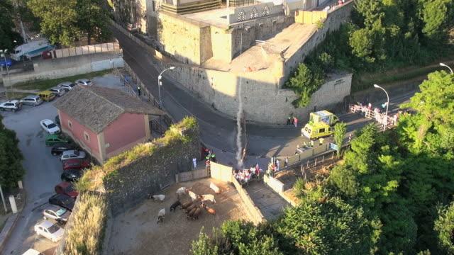 vídeos y material grabado en eventos de stock de ws aerial view of filming running of bulls in city / pamplona, united states - grupo de animales