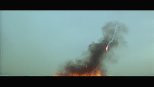 vídeos de stock e filmes b-roll de ms view of fire flames with heavy smoke - 1977